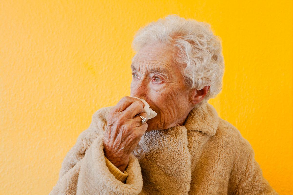 Ma grand-mère Mavis de profile dans un salon de coiffure à Southampton, Angleterre.