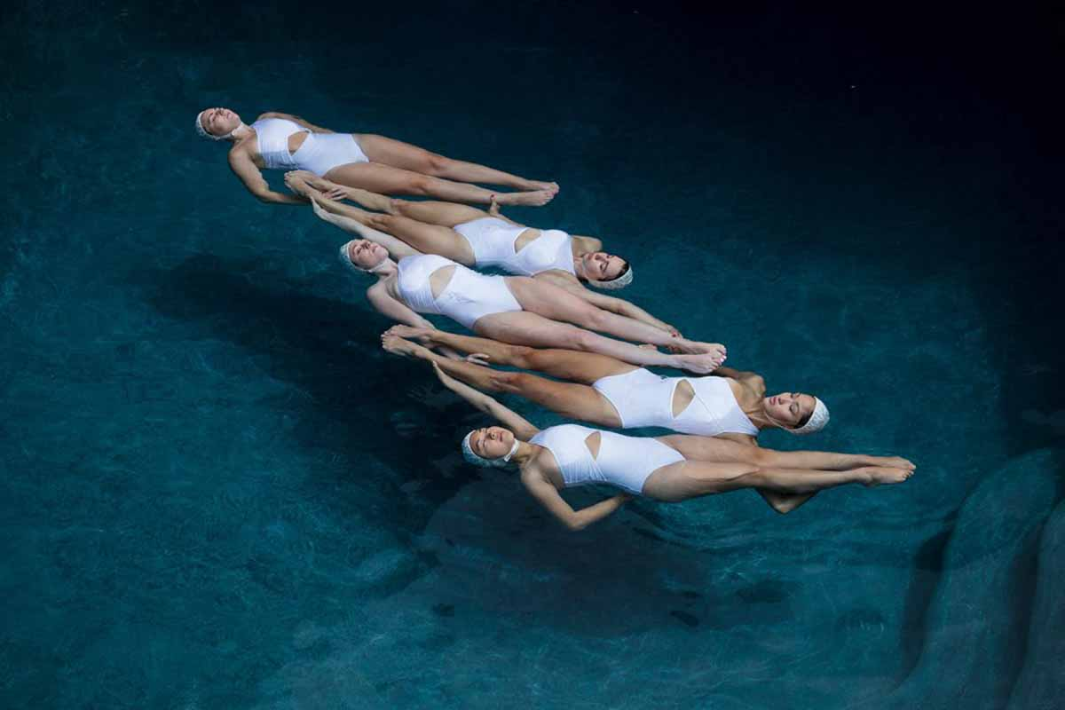 The Swimmers Le Nuotatrici Sincronizzate Di Emma Hartvig Collater.al 1