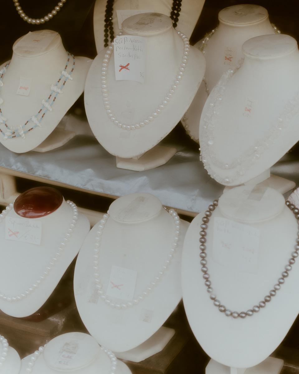 Perlenketten Eines Asiatischen Geschäfts (Kantstraße, Berlin).